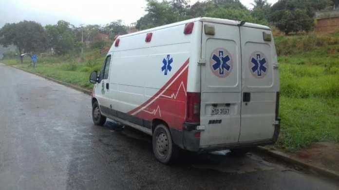 Descaso: ambulância da Prefeitura de Linhares há uma semana parada em posto da PRF, na Serra