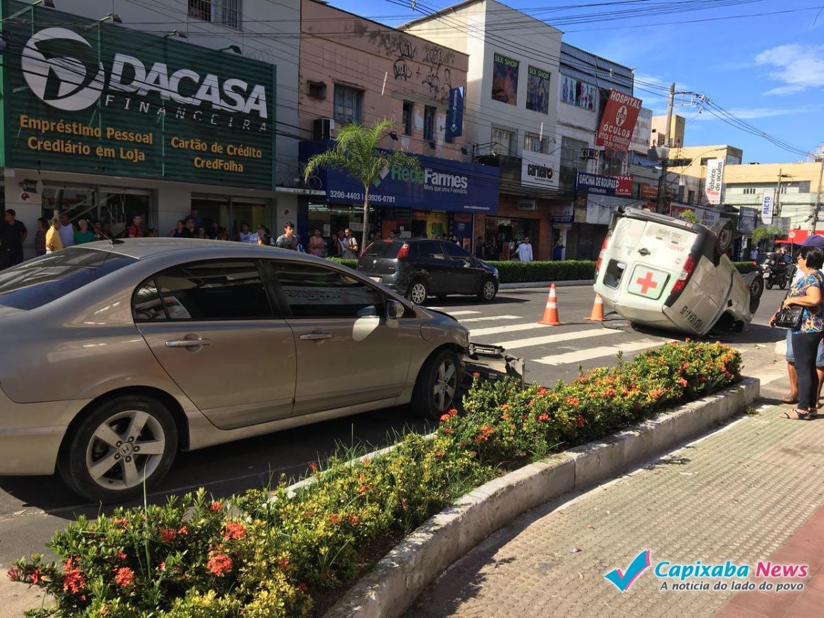 Ambulância capota em acidente no centro de Vila Velha