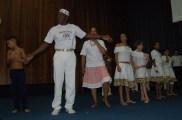 Mestre Alcides coordena apresentação de jovens.