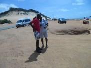 Mestre Alcides de Lima e mestre Marquinhos, a caminho da praia de Pipa.