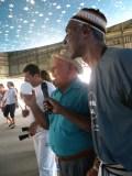 Cantando um coco para animar a festa, ao lado de mestre Alcides de Lima.