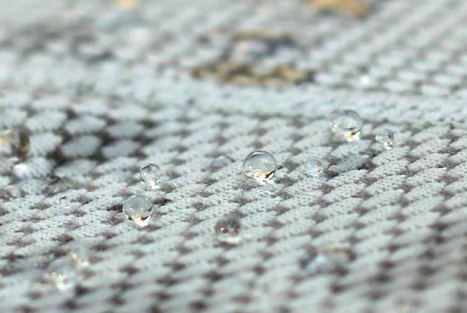 water-beads-on-polartec-delta