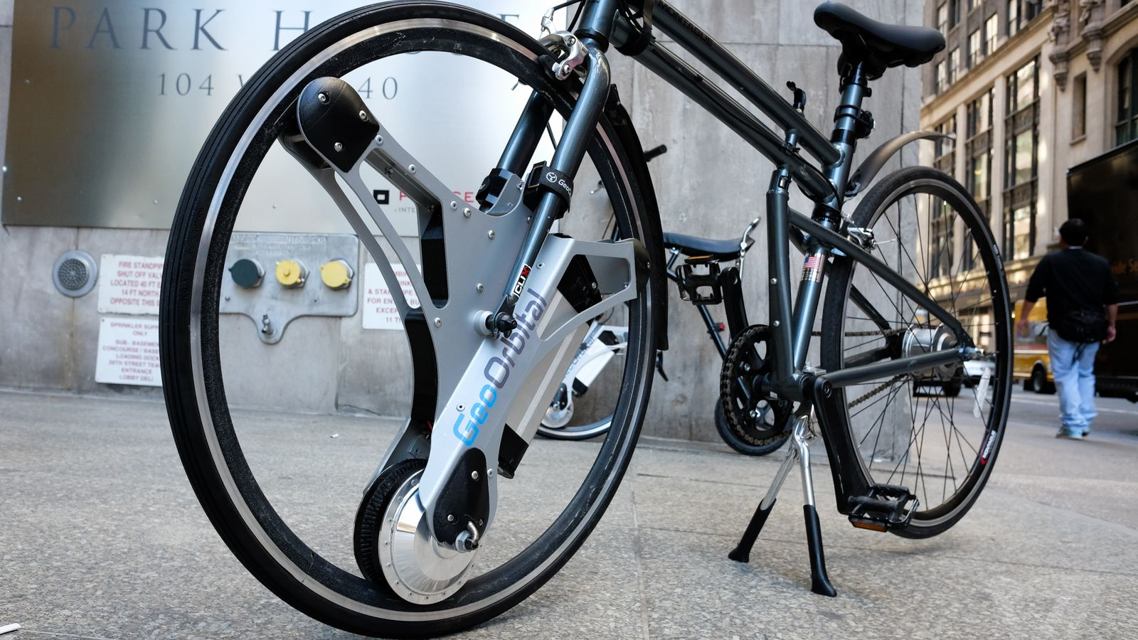 The GeoOrbital Wheel Turns Any Bike into an Electric Bicycle