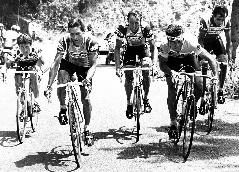 Joop Zoetemelk met Robert Alban aan de voet van de beklimming van de Alpe D'Huez. Verder Bernard Vallet - Martin en Hinaultfoto Cor Vos© Tour de France wielrennen