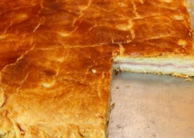 Empanada de hojaldre de jamón york y queso