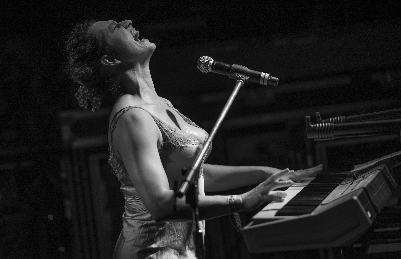 Amanda Palmer Piano_by Martin Ollman_Hi Res