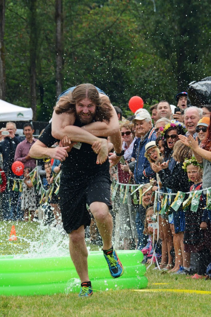 Scandinavian Midsummer Festival 2016-06-19 017 Wife Carrying Contest - The Winning Team