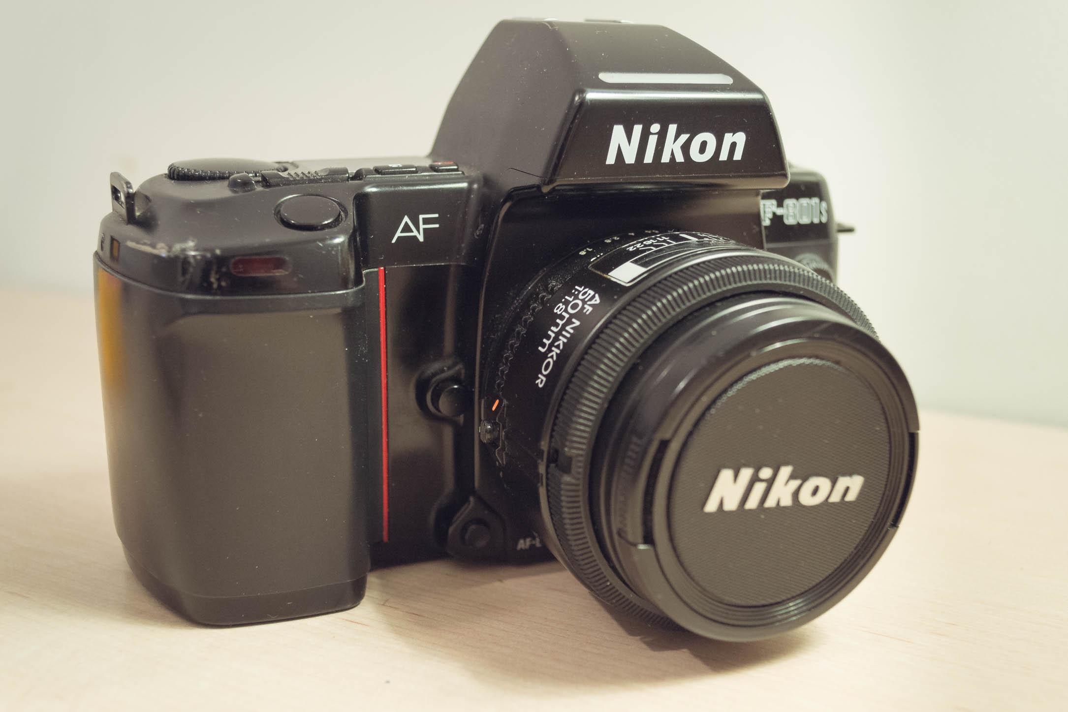 L'appareil argentique Nikon F801s, produit dans les années 90