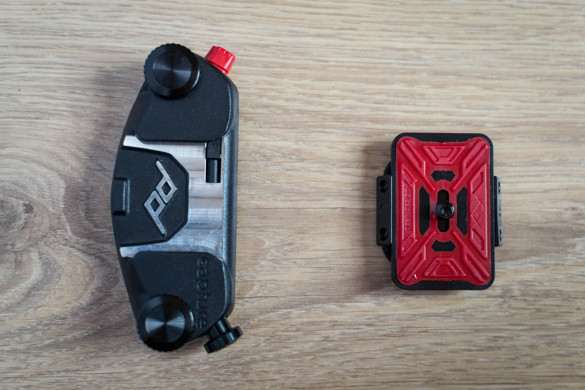 L'attache (à droite) et le plateau amovible (à gauche)