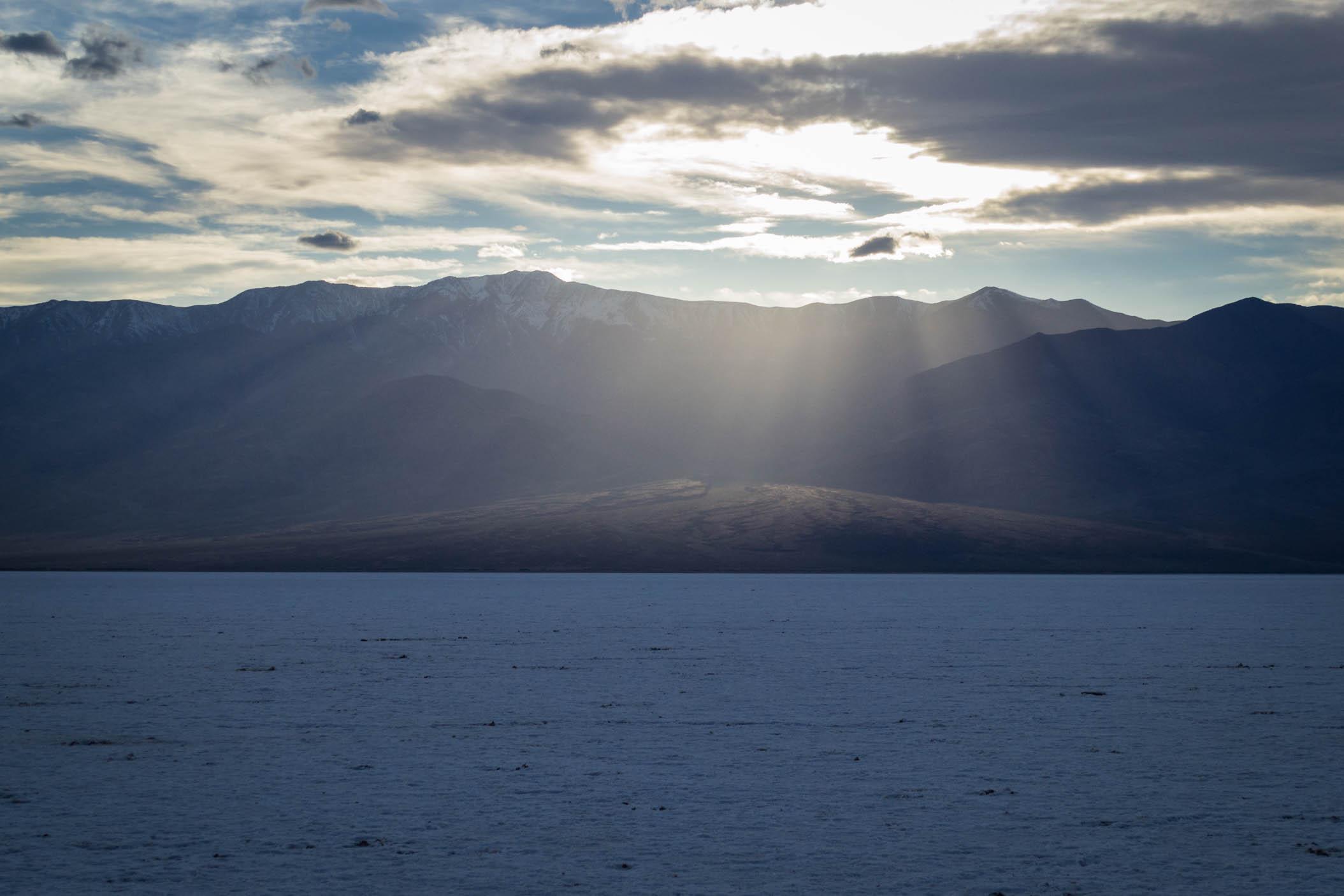Coucher de Soleil sur le désert de sel et les montagnes
