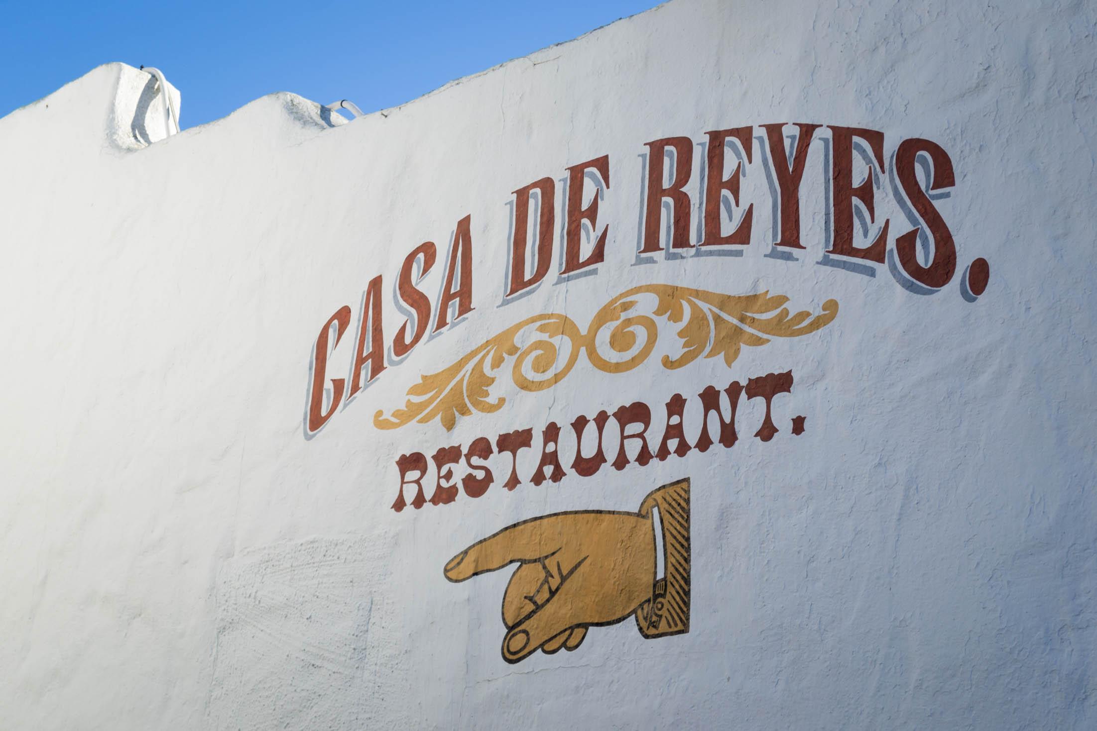 On trouve beaucoup de restaurants dans ce quartier touristique