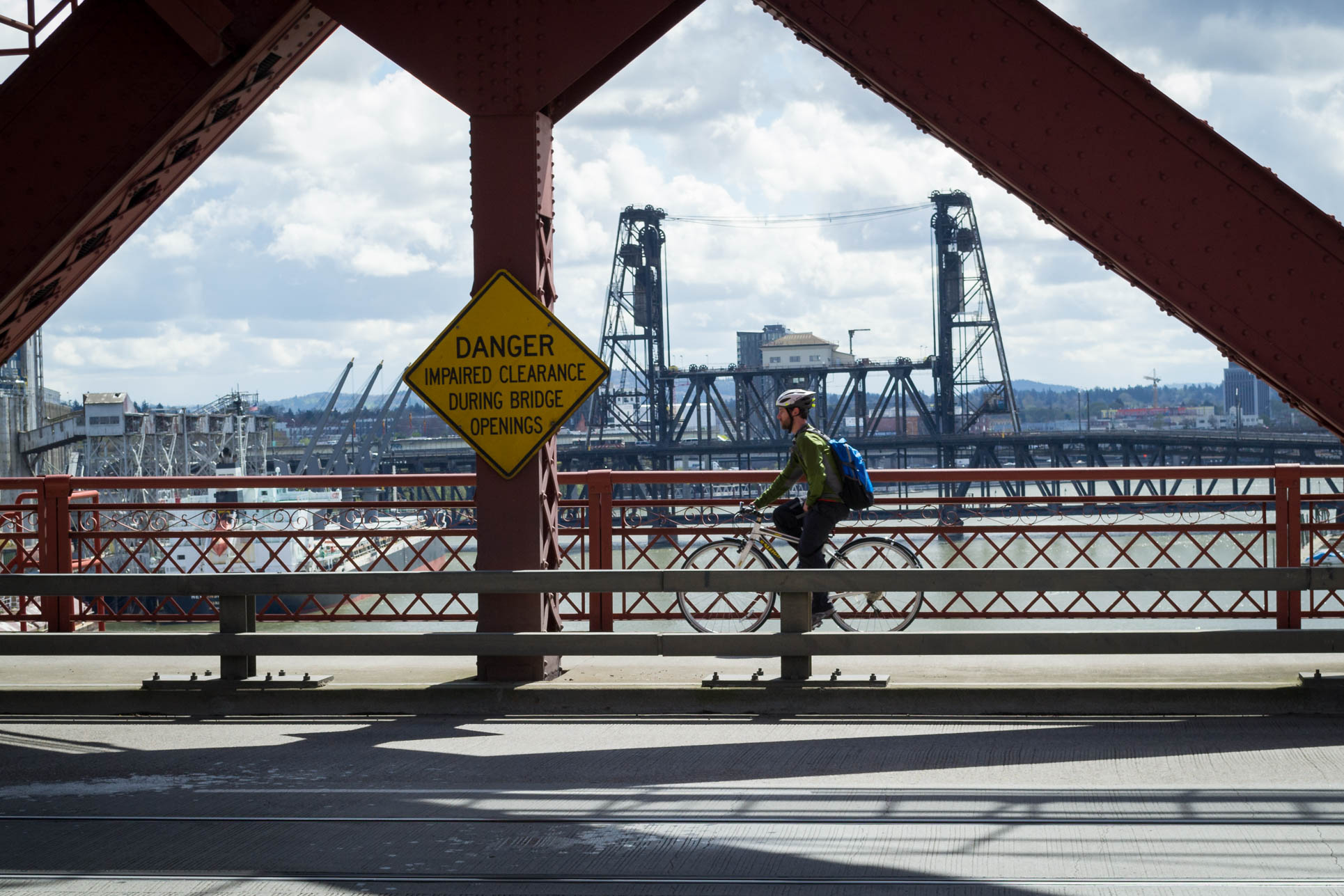 Un des nombreux cyclistes sur un des nombreux ponts de la ville