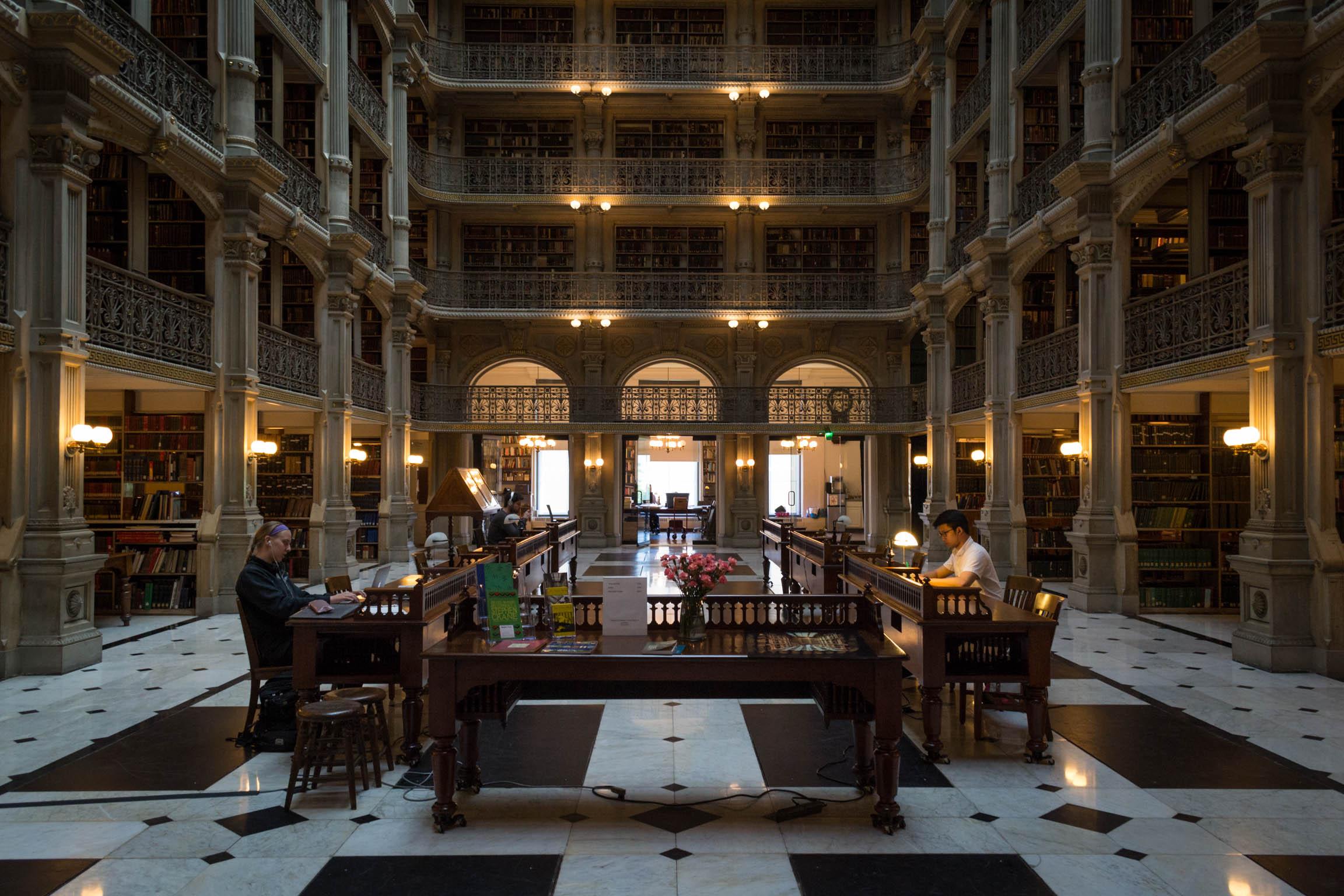 L'intérieur de la George Peabody Library