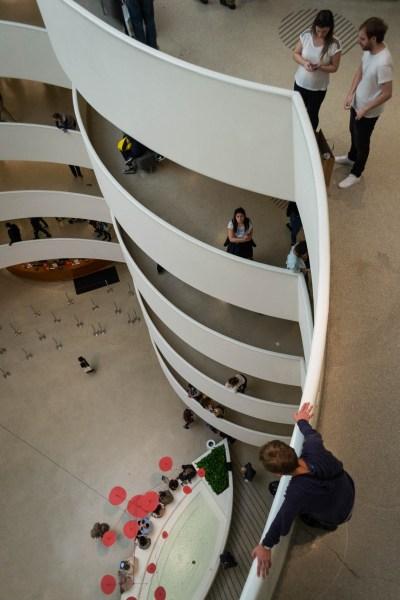 Une vue en plongée depuis le haut du musée Guggenheim