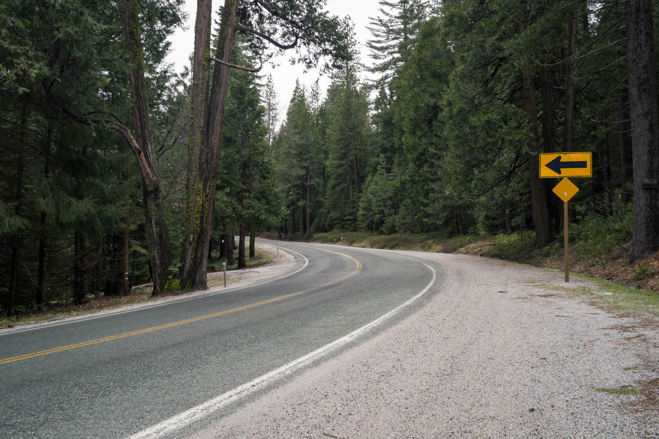 Les panneaux de signalisation sont placés sur le bord droit de la route