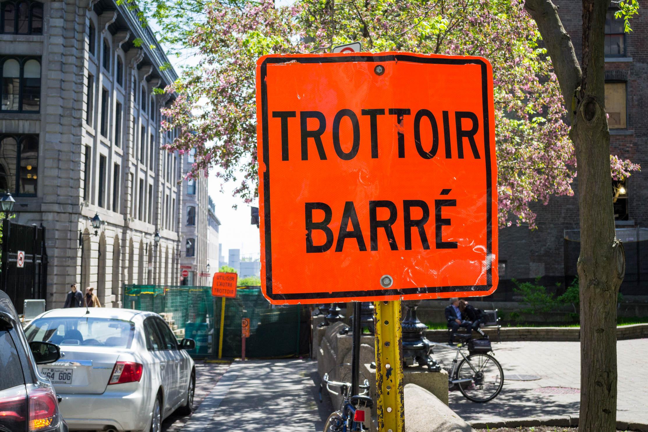 Il n'y a qu'au Québec qu'on peut voir ce genre de panneau !