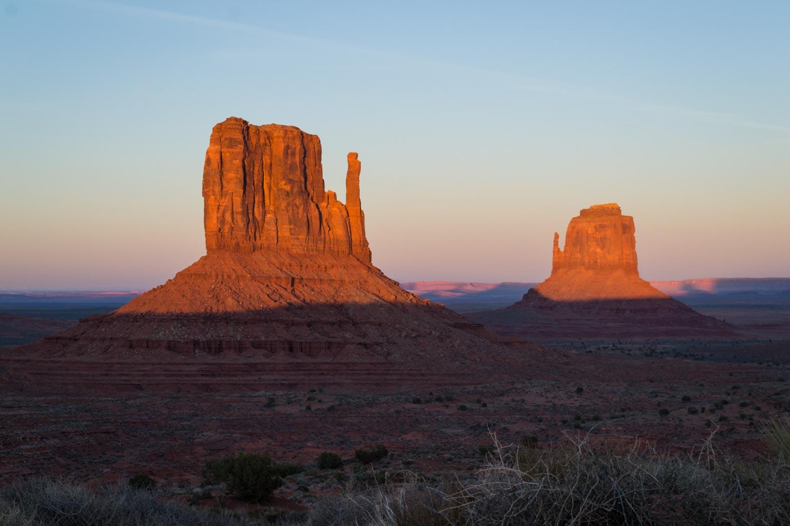 Quand le Soleil descend, seul le haut des immenses rocs rougit