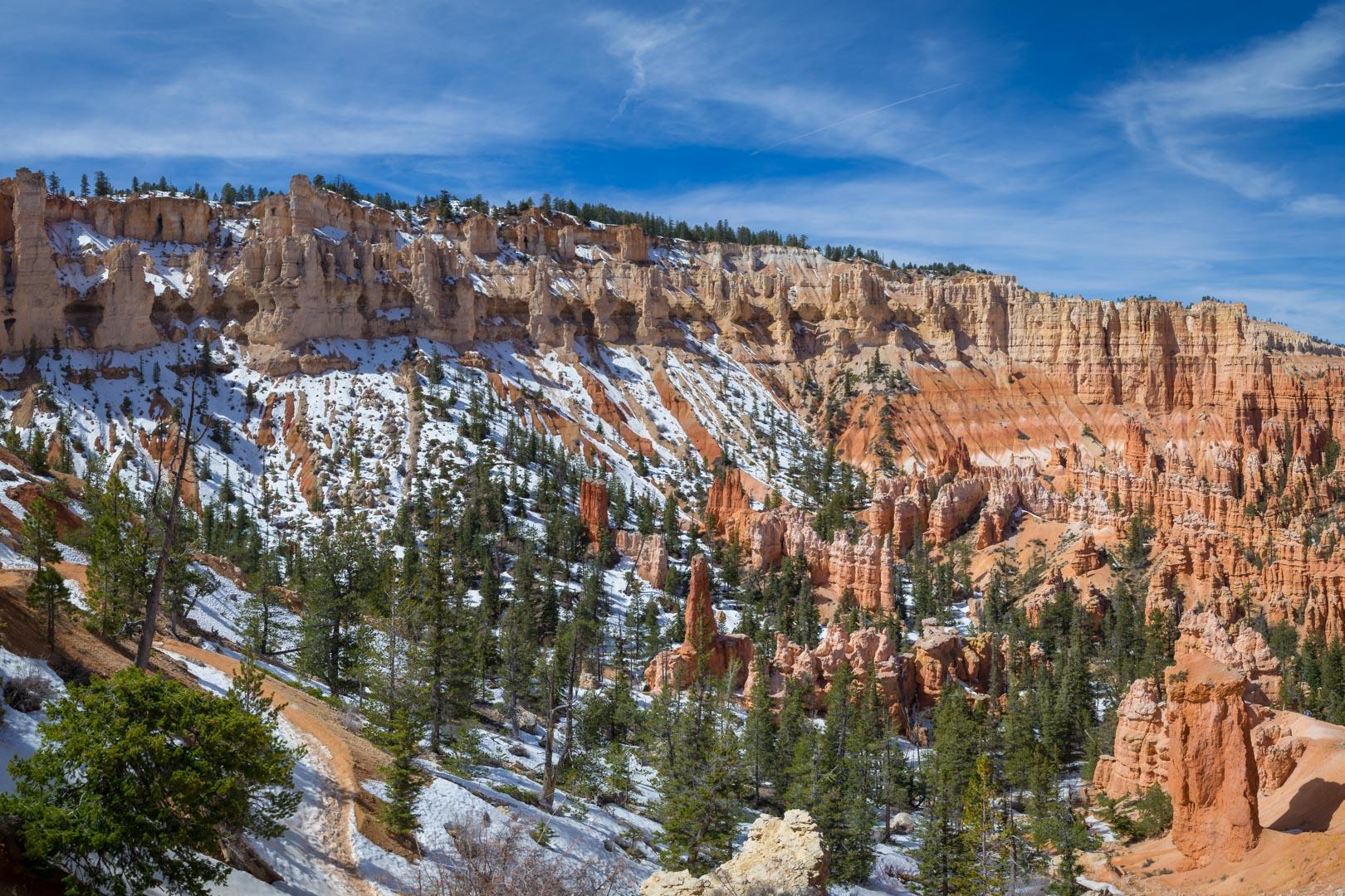 La neige ponctue le paysage orange et vert