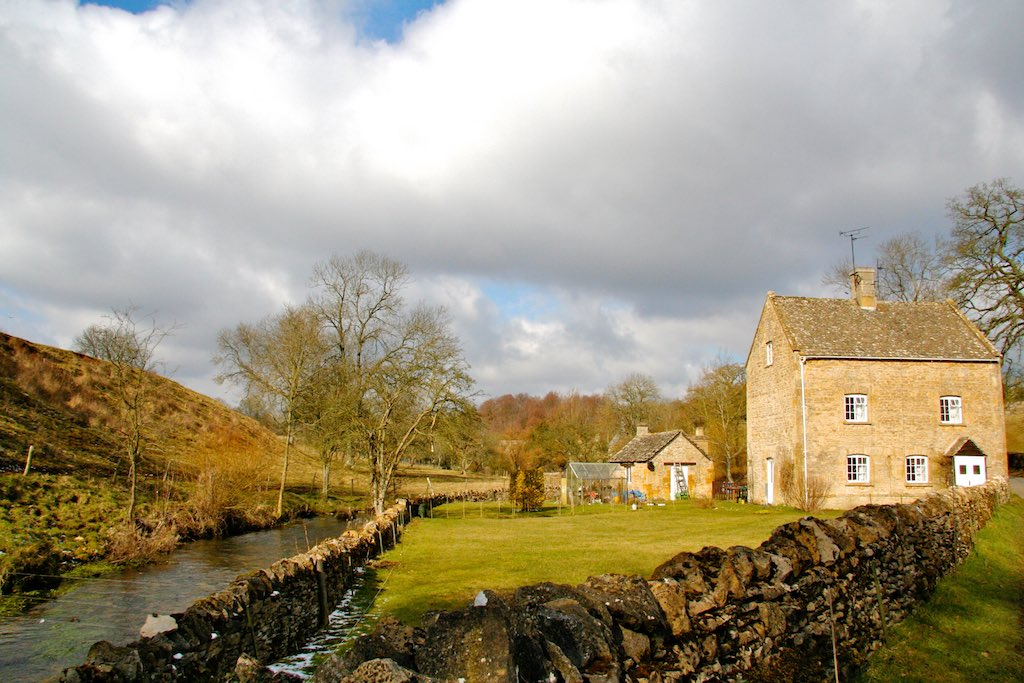 Idyllic streams and farmhouses make up the beatifull scenery in the Cotswolds