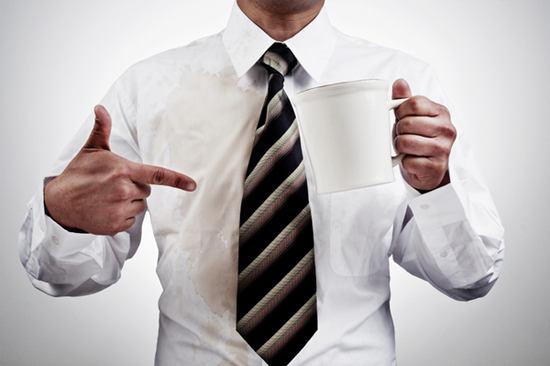 10 maneras efectivas de limpiar las manchas de café de tu ropa
