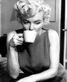 marilyn monroe tomando cafe