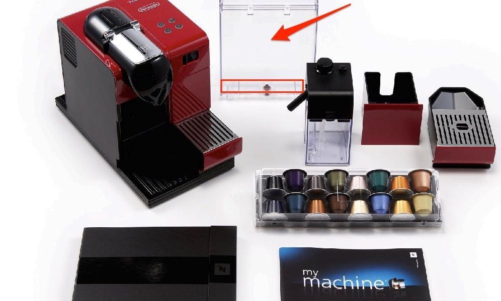 Un cepillo limpia biberones para limpiar el deposito de agua de la cafetera