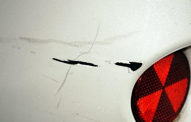 車の擦り傷を自分で直す方法は?板金・ディーラーで修理する前にチャレンジ!