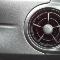 車のクーラーって燃費悪化するの?ヒーターとの違いは?