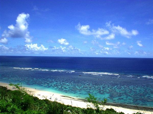 浜辺の近くまで珊瑚礁が迫る吉野海岸