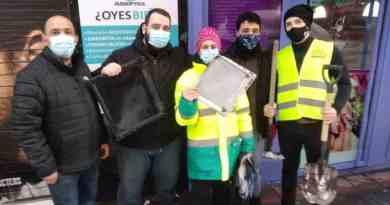 Ni sal ni palas: vecin@s con bandejas de horno para quitar nieve ante la falta de medios públicos