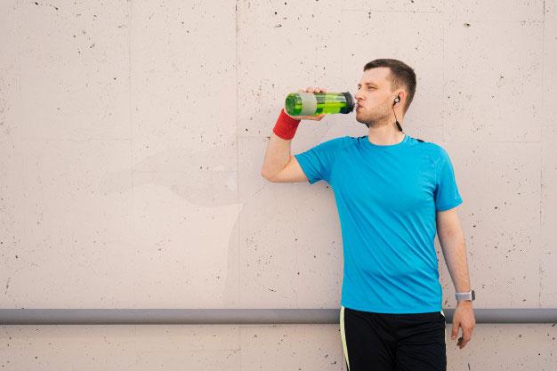 Minum air mineral saat berolahraga