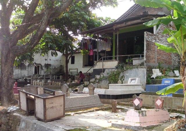 rumah dekat makam