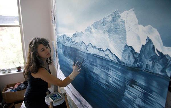 wanita melukis