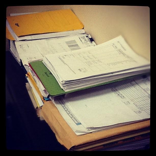 Menyerahkan berkas administrasi