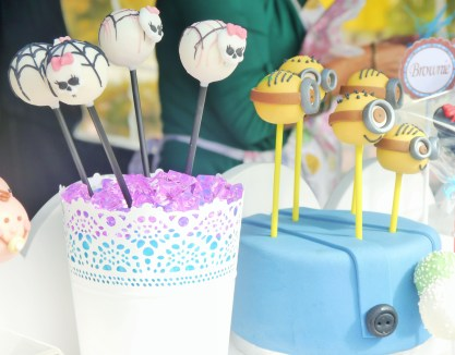 Incredibly endearing Minion and Hallowe'en cake pops.