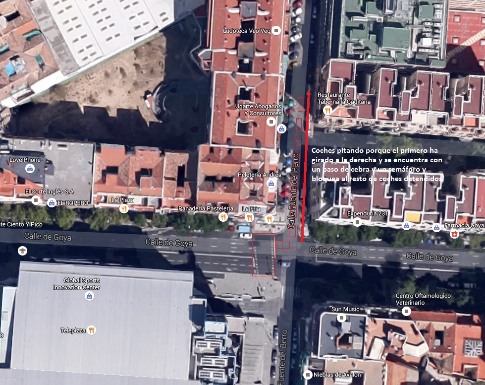 Mala gestión de señales de tráfico. Semáforo y paso de cebra en lugar incorrecto.