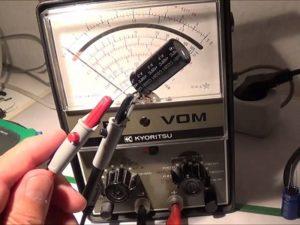 cara menguji komponen elektonika kondensator menggunakan avometer analog