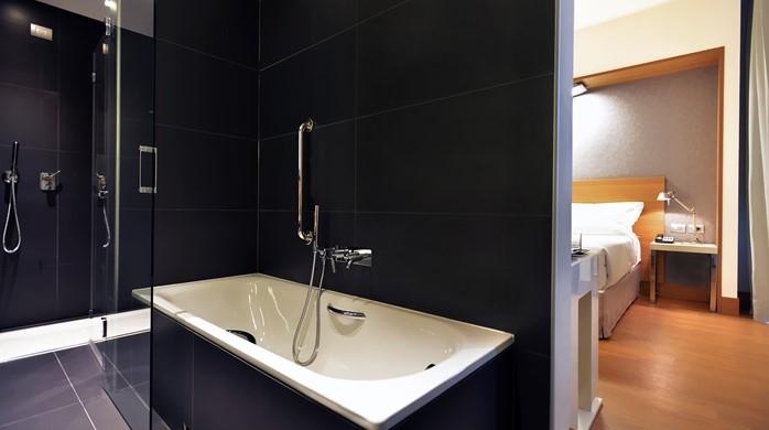 Desain Kamar Mandi Hotel Minimalis Yang Cantik dengan keramik hitam