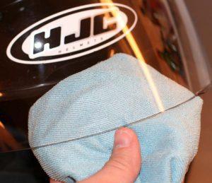 Cara Membersihkan Kaca Helm Tanpa Membuatnya Lecet