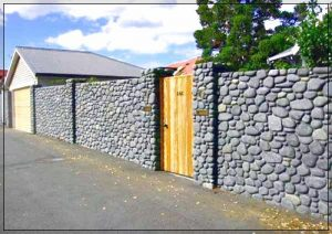 Model desain pagar rumah minimalis dengan batu alam dengan pintu kayu