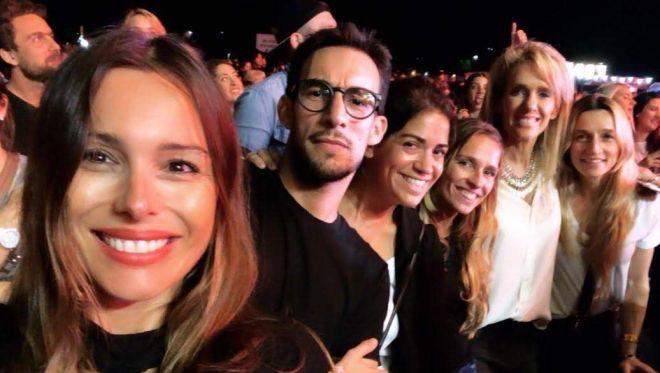 Pampita juntoa sus amigos en el recital de Maluma.