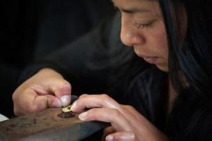Patricia, una de las artesanas de Amalena Ethical and Eco Friendly Gold Jewelry