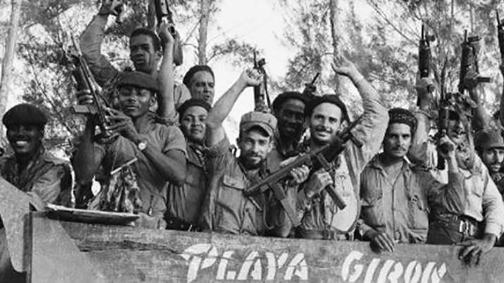 Miliciano celebran tras derrotar el intento de invasión en Plya Girón, Cuba.