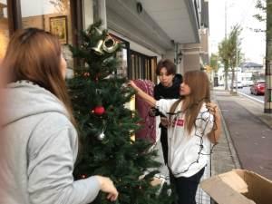 クリスマスツリーを飾るスタッフ
