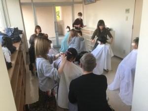 児童養護施設で子ども達のカットをする理美容師たち