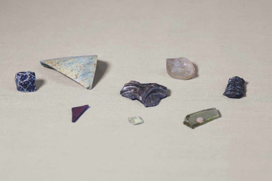 Fragments of glass excavated at Gao Saney, 8th/10th century. GS1, lev. 9, LRF 19, ACGS, l1, LRF 1 and lev. 19, LRF 26. Direction nationale du patrimoine culturel, Mali. Photograph by Seydou Camara