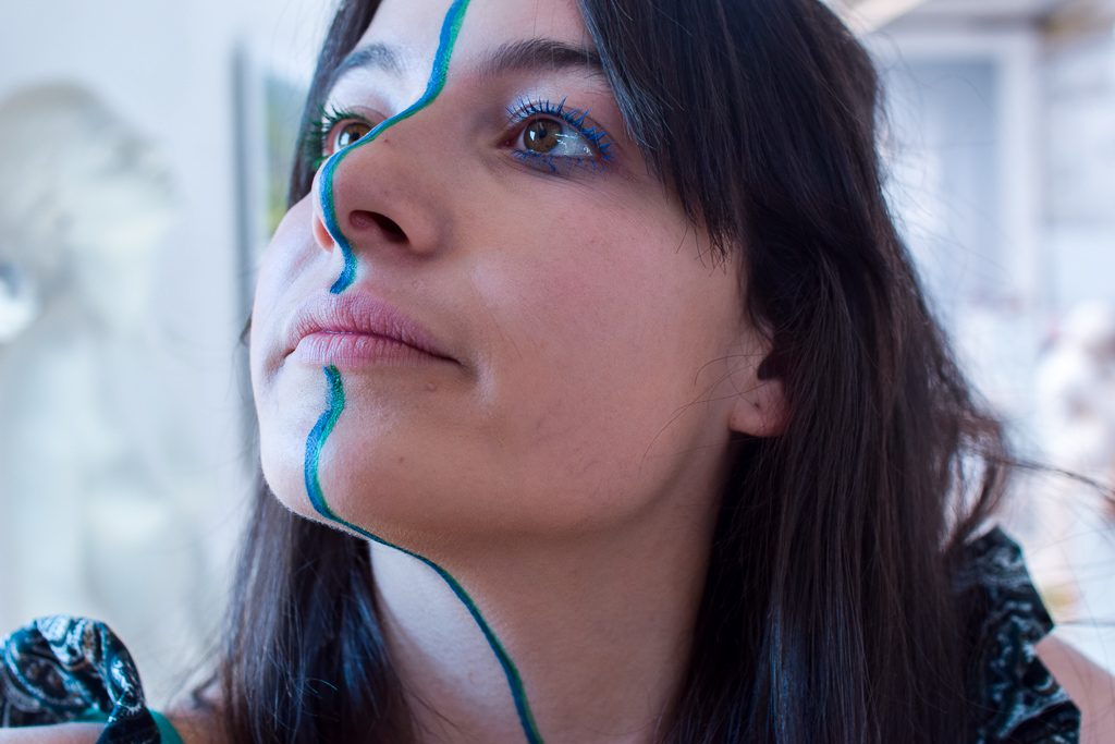 Unha modelo posa con maquillaxe de Carballo Artesanía