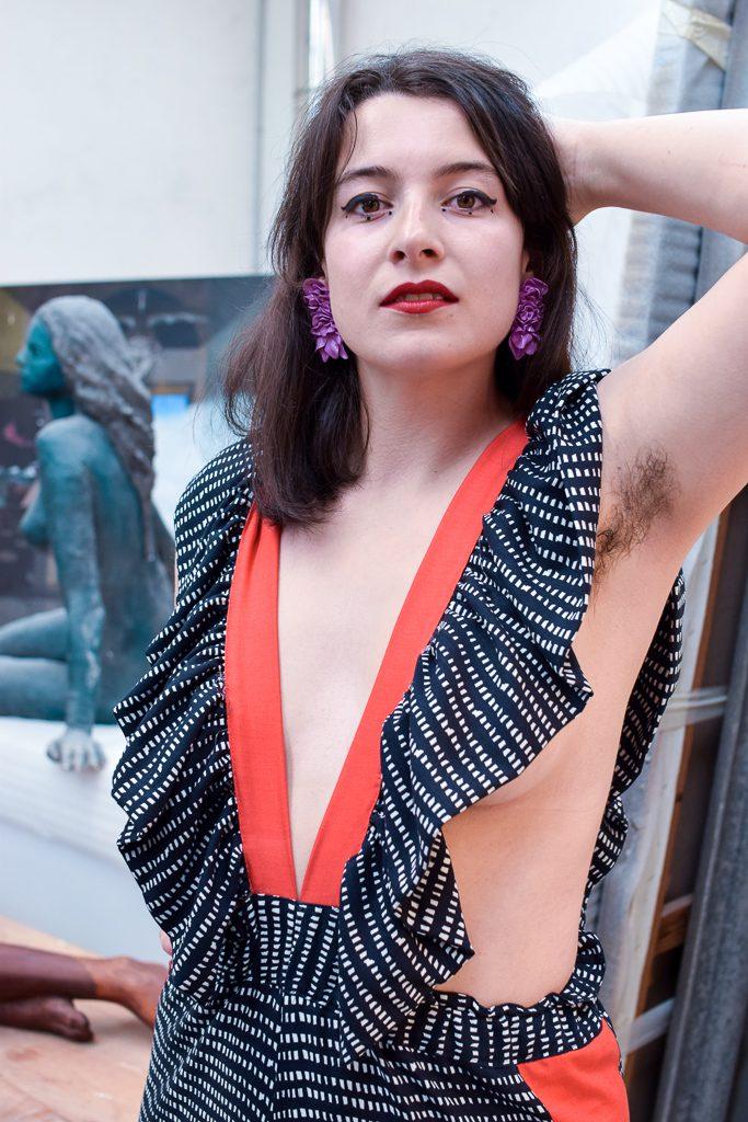 Unha modelo posa co mono Aranga de Carballo Artesanía e pendentes Lavanda