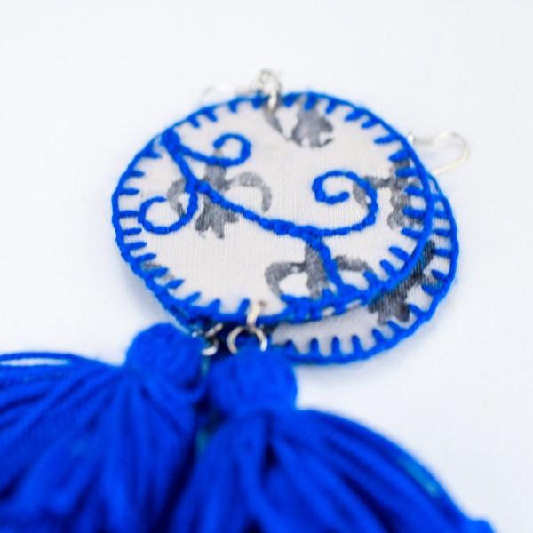 Pendentes xxl con medallón de tea estampada e bordada a man con tres borlas elaboradas a man en índigo