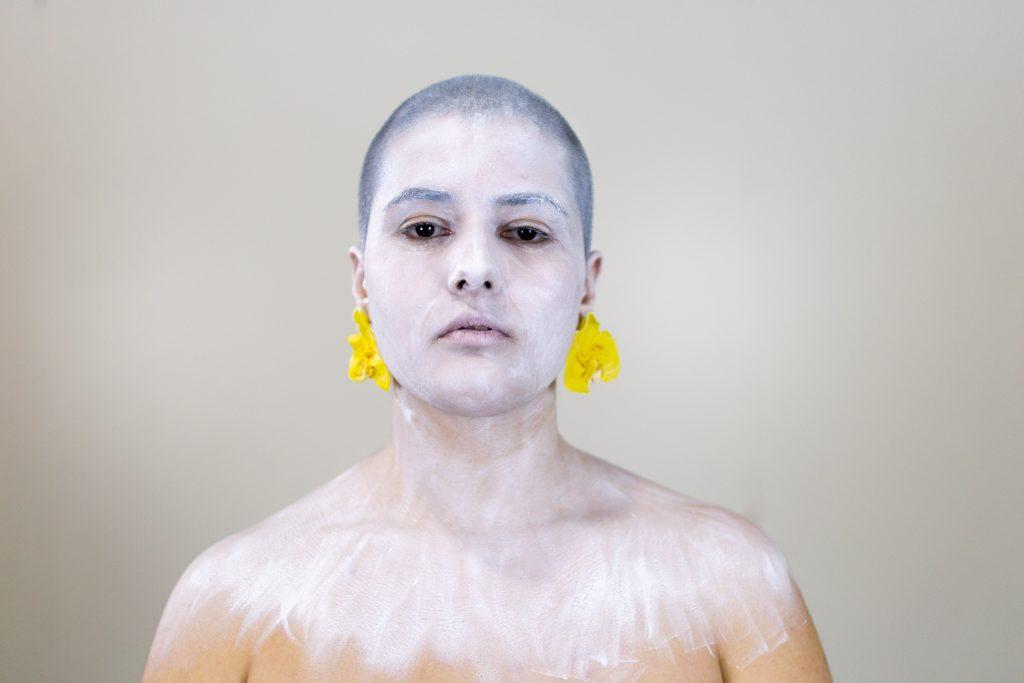 Unha modelo posa cos pendentes artesanais Orquídea amarelos de Carballo Artesanía